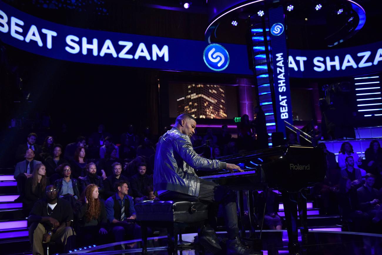 BEAT SHAZAM: Host Jamie Foxx in BEAT SHAZAM airing Thursdays (8:00-9:00 PM ET/PT) on FOX. CR: Michael Becker / FOX. © 2017 FOX Broadcasting Co.